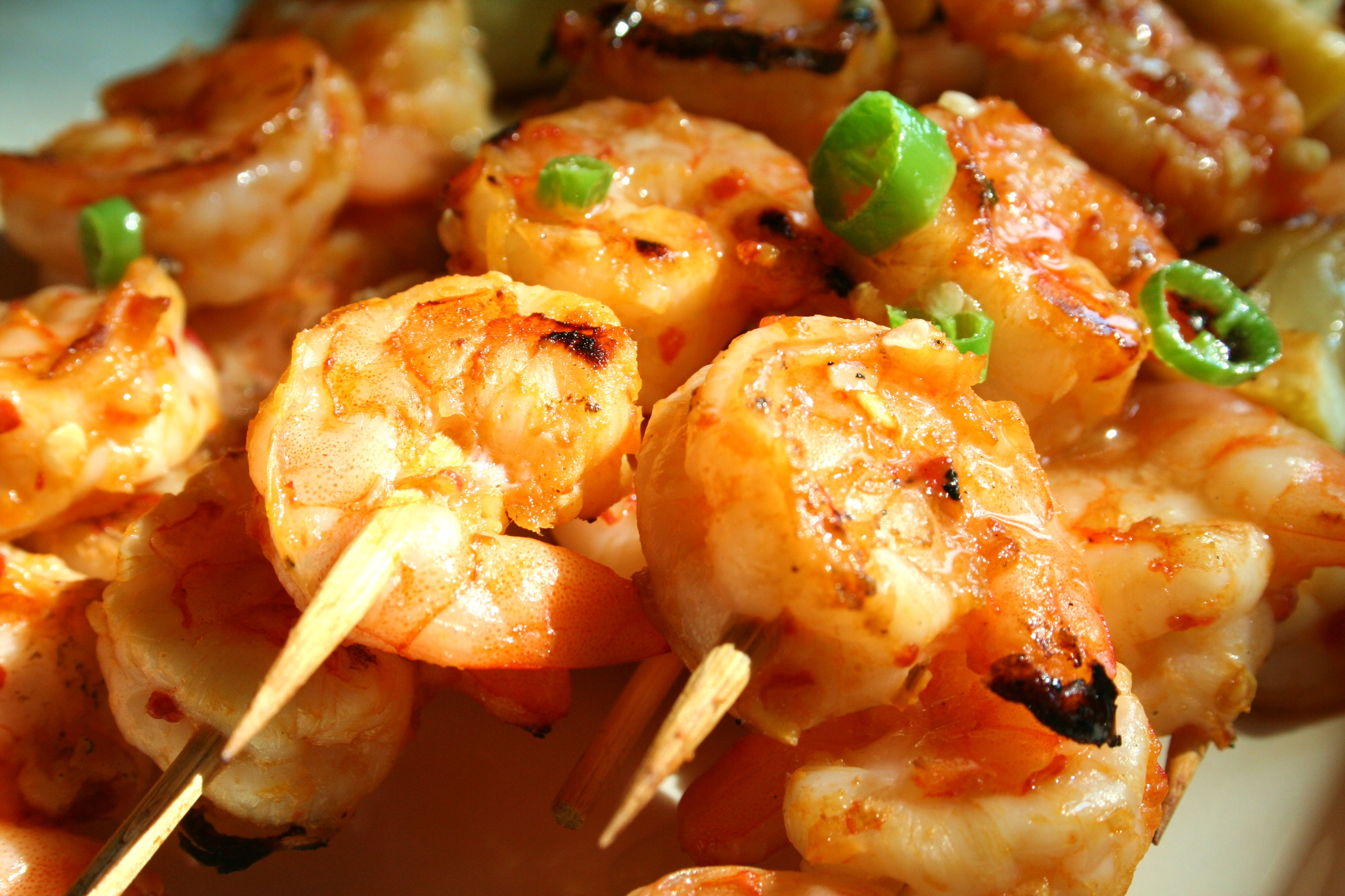 Spicy shrimp skewers with lemon and Thai peppers